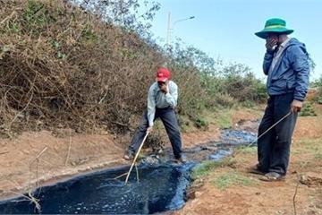 Đắk Lắk: Bắt quả tang cơ sở tái chế bao bì xả thải nước bẩn ra môi trường
