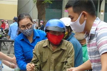 Cử chỉ đẹp của thanh niên tình nguyện tại 'máy ATM' gạo Đắk Lắk