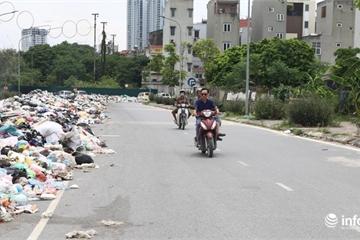 """Hà Nội: """"Núi rác thải"""" bủa vây cả km đường Tân Triều Mới"""