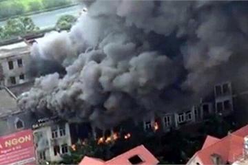 Đang cháy lớn dãy nhà 4 tầng ngay cổng Thiên đường Bảo Sơn