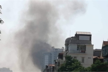 Hà Nội: Hiện trường vụ cháy lớn tại chung cư trên đường Trung Kính