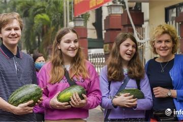 Đại sứ quán Cô-Oét phát 2 tấn dưa hấu miễn phí giúp nông dân Việt Nam