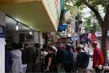 """Hà Nội: Xếp hàng dài mua bánh trôi """"chờ một lát chắc không sao?"""""""