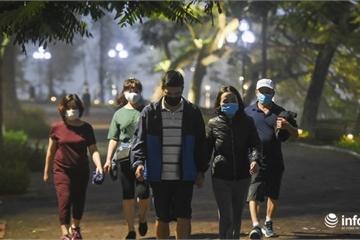 """Hà Nội: Nghỉ lễ, người dân bất chấp lệnh cách ly xã hội, vẫn ra hồ Gươm """"hóng gió"""""""