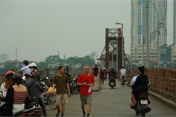 Người dân vẫn tắm tiên, chạy thể dục, câu cá nơi công cộng ở Hà Nội