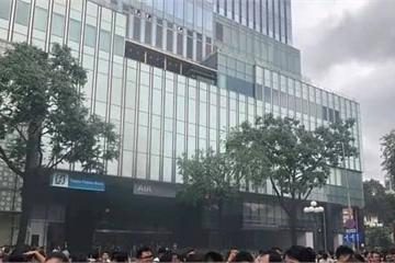 Khói khét lẹt ở tòa nhà Saigon Centre, người dân hiếu kỳ tụ tập đông kín