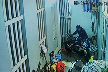 Camera an ninh ghi hình ảnh nhóm nam nữ táo tợn cắt khóa tiệm vàng, trộm xe BMW