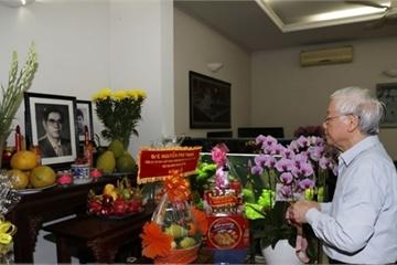Tổng Bí thư Nguyễn Phú Trọng thắp hương tưởng niệm nguyên TBT Nguyễn Văn Linh