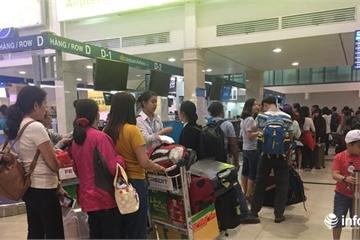 """Giá vé tăng cao, khách """"đỏ mắt"""" tìm mua vé bay từ TP.HCM về miền Trung ăn tết"""