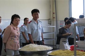 Phát hiện mì sợi vàng nghi nhiễm hàn the trong bữa ăn của công nhân