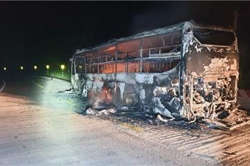 Xe khách cháy trơ khung trên đường HCM, hàng chục người hoảng loạn tháo chạy