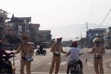 Hà Tĩnh: Cảnh sát giao thông thị xã Kỳ Anh phát khẩu trang miễn phí