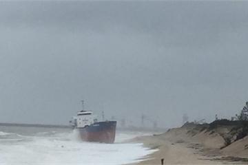 """Hà Tĩnh: Gió biển Vũng Áng """"đẩy"""" tàu hơn 5.000 tấn vào bờ"""