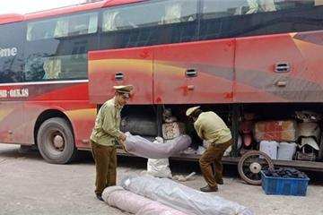 Bắt giữ xe khách chở hơn 1 tấn vải không rõ nguồn gốc