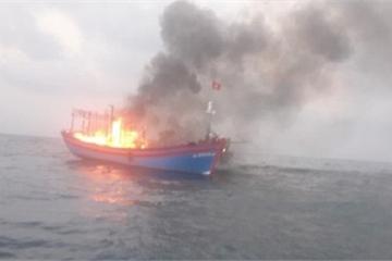 Cứu 7 thuyền viên trên tàu bốc cháy dữ dội giữa biển Quảng Trị
