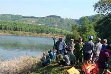 Huế: Thuyền chở 12 người dân đi làm bất ngờ lật giữa sông, 3 người mất tích