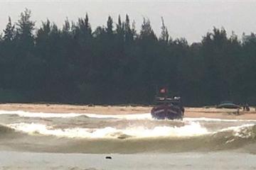 Huế: Cứu kịp thời 11 thuyền viên trên tàu cá mắc cạn trên biển