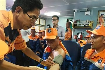 Đà Nẵng: Vượt hơn 200 hải lý trong đêm cứu 52 ngư dân gặp nạn tại Hoàng Sa