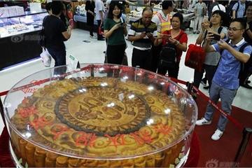 Bánh Trung thu khổng lồ đường kính 1,48m, nặng 365kg với hơn 10 loại nhân bánh