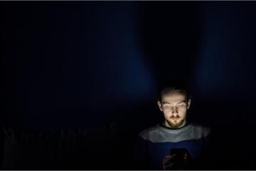 """""""Chế độ ban đêm"""" của điện thoại di động có giúp dễ ngủ hơn không?"""