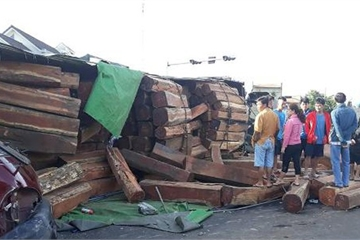 Đắk Lắk: Xe container chở gỗ lật nhào đè xe bán tải, gỗ đổ đầy đường