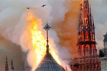 """Nhà thờ Đức Bà lửa ngút trời, """"xé toạc trái tim nước Pháp"""""""