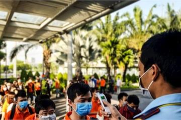 Giữa tâm bão dịch viêm phổi Corona, VNG cho bố mẹ ở nhà trông con, Thế Giới Di Động 10 phút diệt khuẩn nút bấm thang máy một lần