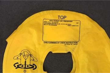 Trộm áo phao cứu hộ trên máy bay về cho con tập bơi, nữ hành khách bị phạt 10 triệu?