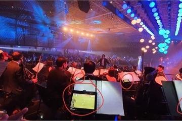 Phải đi diễn đúng ngày ĐT Việt Nam đá, các nhạc công đã tạo nên hình ảnh bất ngờ