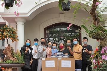 Ca sĩ Tuấn Hưng mua 20.000 khẩu trang tặng Bệnh viện nhiệt đới cơ sở Đông Anh