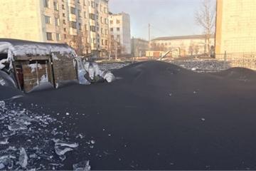 Tuyết đen bất thường xuất hiện ở Nga