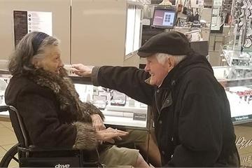 """Mòn quà """"kim cương"""" ngày 8/3: Cụ ông 85 tuổi cầu hôn vợ lần nữa"""