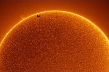 """Bức ảnh ngoạn mục """"tố"""" trạm vũ trụ quốc tế ISS bay tới Mặt Trời?"""