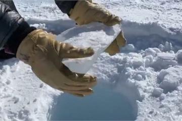 Bản nhạc tự nhiên cực thú vị phát ra khi thả băng rơi xuống hố sâu ở Nam Cực