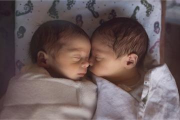 Hình ảnh đầu tiên về cặp sinh đôi mới chào đời ở Ấn Độ đặt tên là Corona và Covid