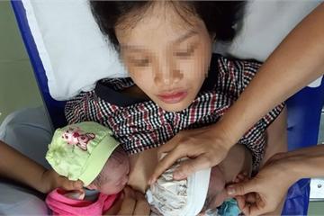 Mẹ bầu mang song thai đẻ rơi 1 bé trong nhà vệ sinh