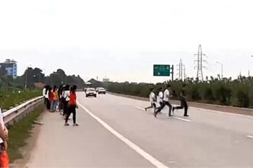 """Hãi hùng với """"điểm đen"""" giao thông ở Việt Yên: Nơi công nhân hồn nhiên đi qua cao tốc"""