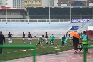 BTC SEA Games cào nước đọng ở sân Rizal, không hoãn trận U22 Việt Nam- U22 Singapore
