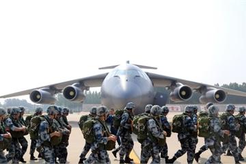 """""""Cuộc chiến không vũ khí"""" đầu tiên của siêu vận tải cơ Y-20 Trung Quốc"""