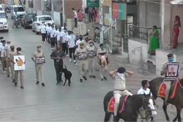 Cảnh sát Ấn Độ huy động cả chó và ngựa để tuyên truyền chống dịch Covid-19
