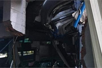 Đồng Nai: Xe khách Thành Bưởi nát đầu sau khi tông sập mái hiên cửa hàng gas