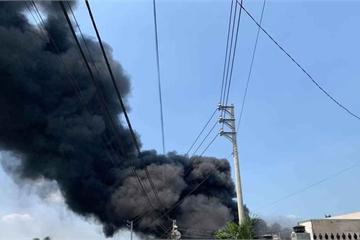 Đồng Nai: Cháy dữ dội tại xưởng mút, khói ngút trời