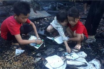 Hà Tĩnh: Nhà cháy khi cha mẹ đi chữa bệnh, 3 đứa trẻ bới tro nhặt sách
