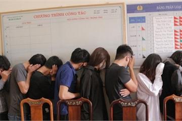 Hà Tĩnh: Bắt giữ 11 'nam thanh nữ tú' sử dụng chất ma túy trong khách sạn