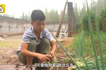 Cậu bé bán hành mỗi sáng trước khi đến trường để kiếm tiền cứu em