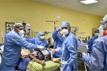 Bên trong phòng điều trị bệnh nhân Covid-19 thể nặng ở Milan, nước Ý