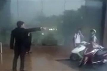 """Nhân viên KS Grand Plaza Hotel """"đuổi"""" phụ nữ và học sinh trú mưa: Quản lý lên tiếng"""