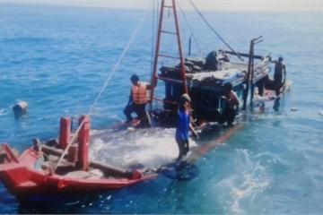 Cứu thành công 6 ngư dân cùng 2 trẻ em trên tàu đang chìm dần giữa biển