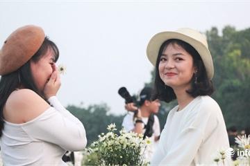 Hot girl chen chân check-in bên cúc họa mi tại vườn hoa Nhật Tân