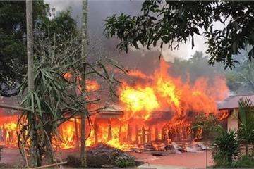 Phú Thọ: Nhà gỗ 5 gian cháy lớn, tài sản bị thiêu rụi